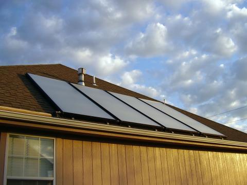 Начинът за монтиране на слънчевите панели силно зависи от покривната конструкция на сградата и от нейното изложение спрямо географските посоки.