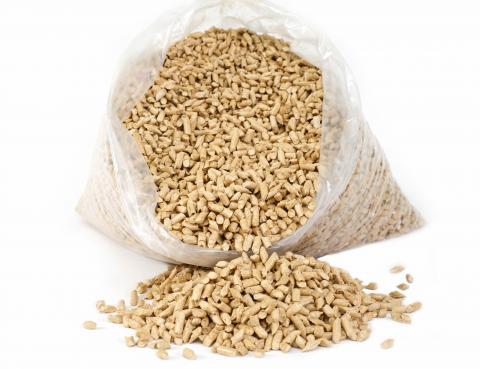 Голямо преимущество на дървените пелети е, че за разлика от твърдото гориво, при горенето се получава само минимално количество пепел, което представлява много качествена тор, със съдържание на фосфор и калий.
